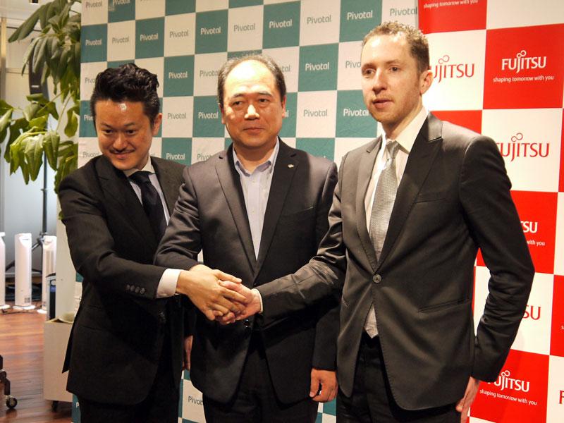 左から:Pivotalジャパン カントリーマネージャーの正井拓己氏、富士通 デジタルフロントビジネスグループ エグゼクティブアーキテクトの中村記章氏、Pivotal Software サービス事業担当 シニアヴァイスプレジデントのエドワード・ハイアット氏