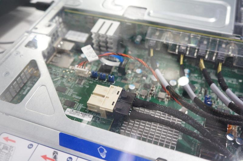 写真中央付近の青いフラットケーブルが付いているのがVROCのライセンスキー
