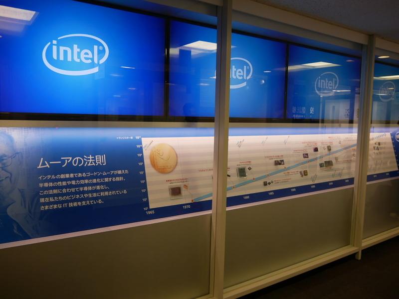コラボレーションセンターの入り口ではプロセッサの歴史を紹介している