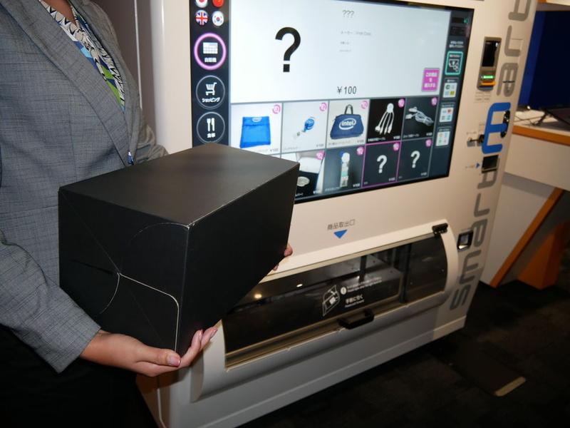 最大で20×20×40cm、4kgまでの商品を販売できたり、多言語表示も可能。災害時には情報端末になる