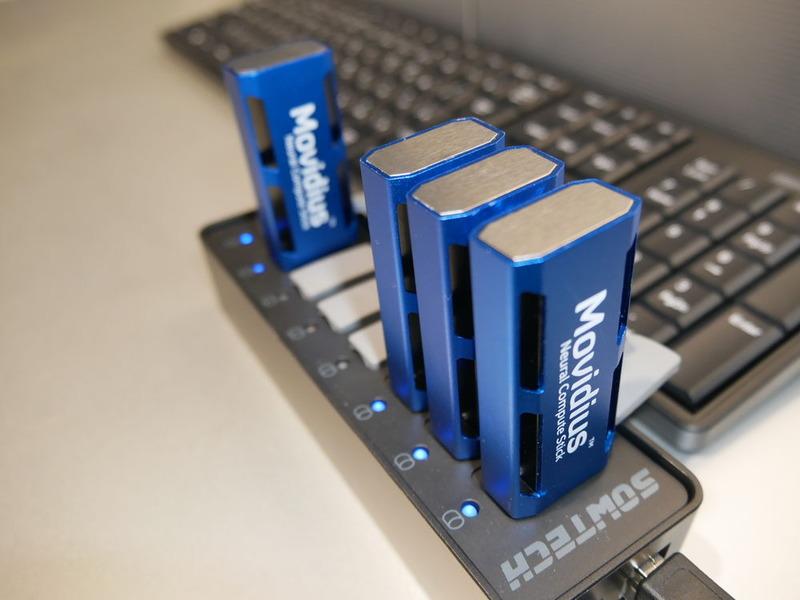 省電力ディープラーニング推論アクセラレーター。USBスティック型で、1w以下の低消費電力で動作する