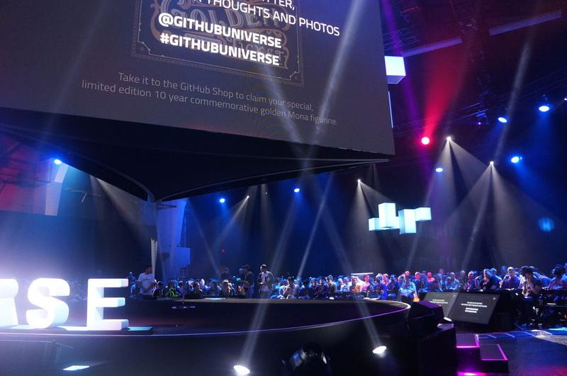 GitHub Universe 2018の基調講演会場。ステージが中央になりその周囲360度に観客席が並ぶ