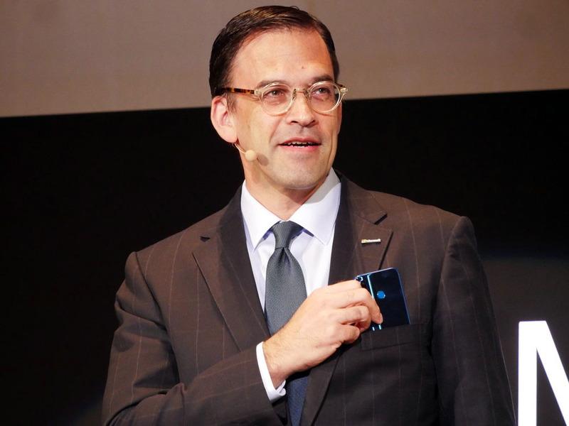 """日本マイクロソフト 代表取締役社長の平野拓也氏は、胸ポケットに""""りんな""""を搭載したスマホを入れて登壇"""