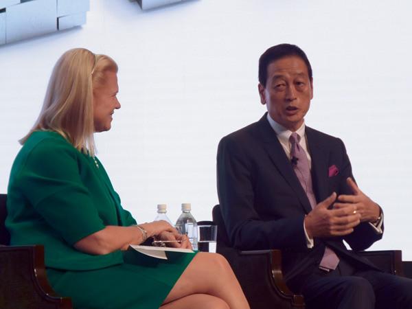 資生堂 代表取締役社長兼CEOの魚谷雅彦氏(右)と対談する、IBMのロメッティCEO