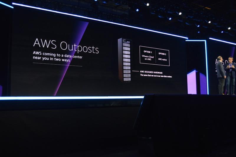 ジャシーCEOがゲルシンガーCEOとともに発表した、オンプレミスでAWSクラウドを体感できる「AWS Outposts」は4分の1ラック単位で増減可能。AWSだけでなくVMwareからも販売される予定