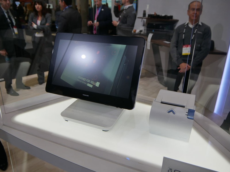 東芝が展示したオールインワンPOSシステム「TCx800」と「TCxプリンタ」