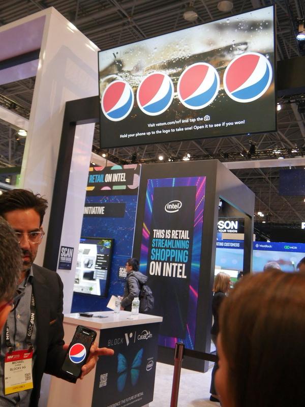 Intelは顧客がスマホを使ってサイネージに欲しい情報を表示するデモなどを行っていた