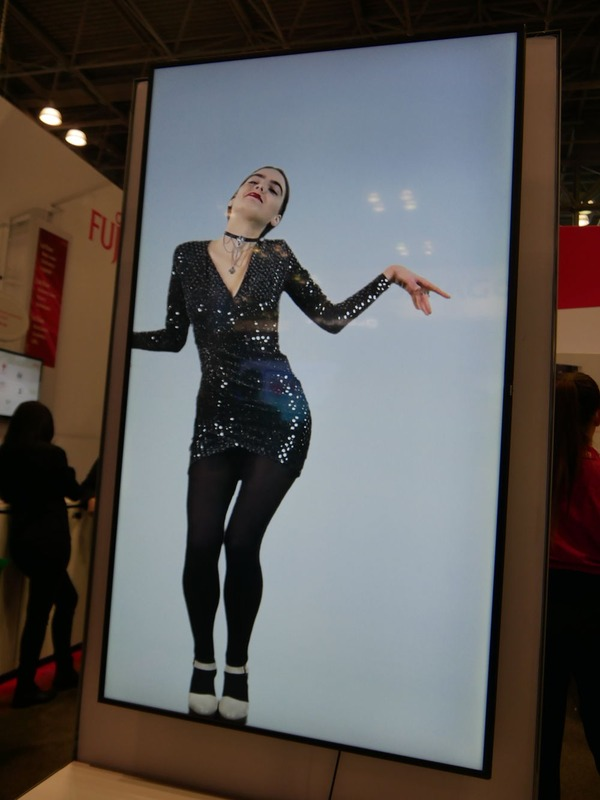 踊りながらモデルが登場する