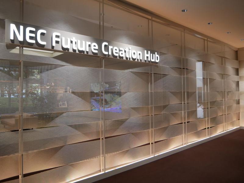 NEC Future Creation Hubの入り口。「はやぶさ」で使用されている素材を利用している