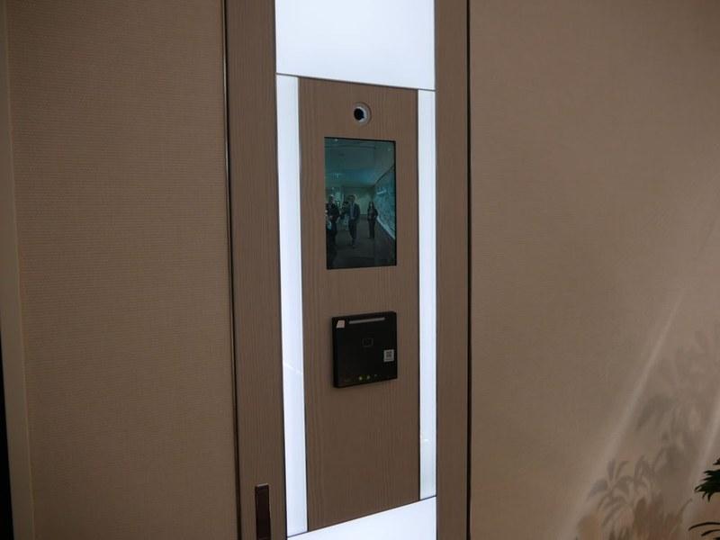 会議室の入り口では顔認証による会議室の入退場を体験できる
