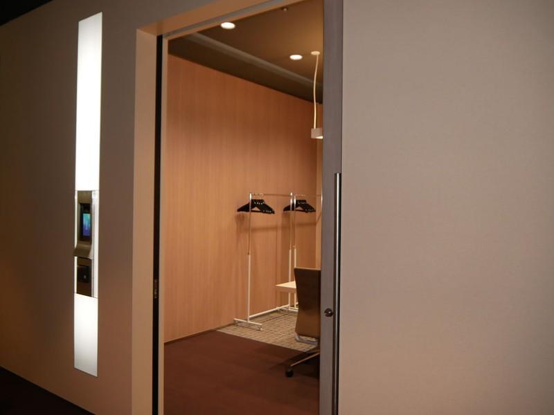 顔認証の結果、該当する会議室にはライトをつけてガイドする
