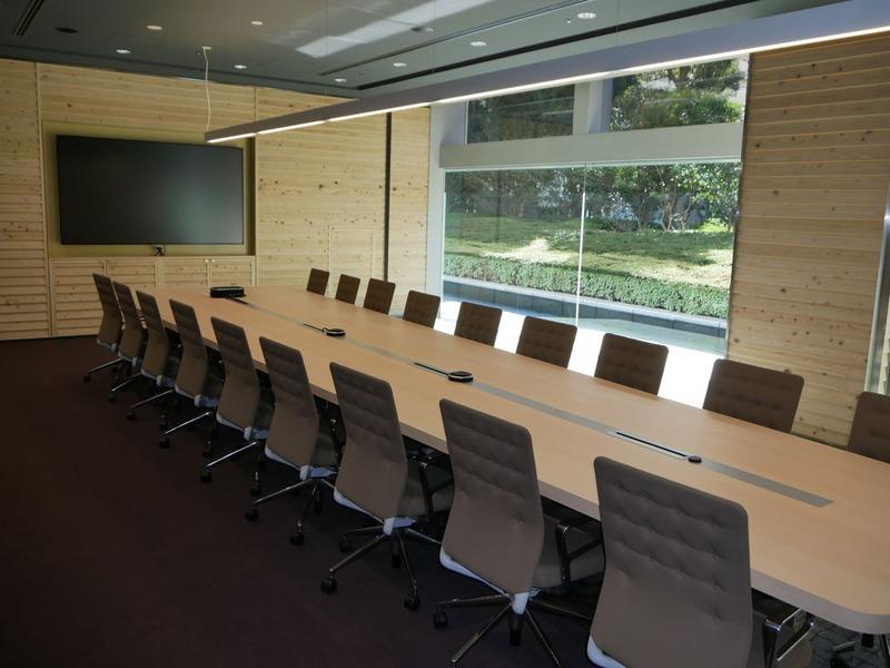 会議室の様子。テレビ会議に最適化した機器を導入している