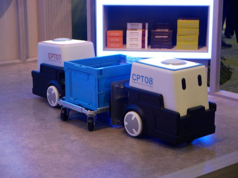 倉庫においてロボットを活用して荷物を積み込むデモンストレーション