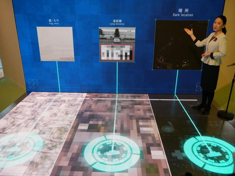 壁面と床面のディスプレイを利用して、顔認識ソリューションなど8つのソリューションを紹介する