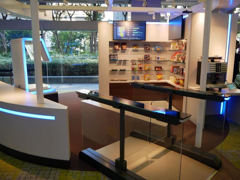 流通業向けソリューションの展示コーナー。無人店舗をデモンストレーション
