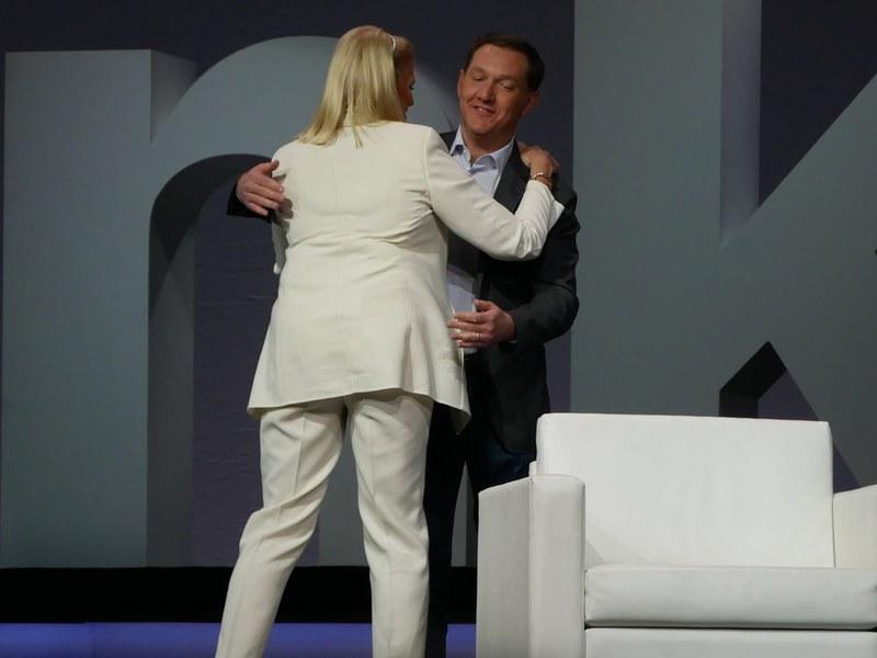ハグをしてRed HatのホワイトハーストCEOを迎えた、IBMのロメッティCEO