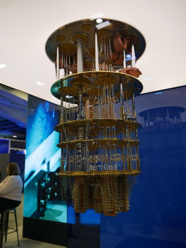 展示会場に展示された量子コンピュータ「IBM Q System One」