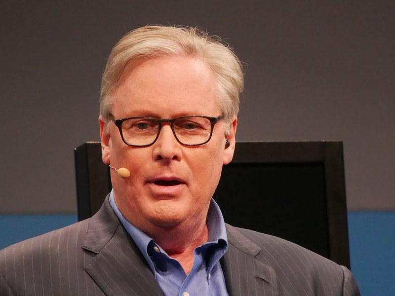 エミー賞を4回受賞し、IntelligenceSquared U.S.ディベート・シリーズのホストであるジョ・ドンヴァン氏(左)が公開ディベートのホストを務めた