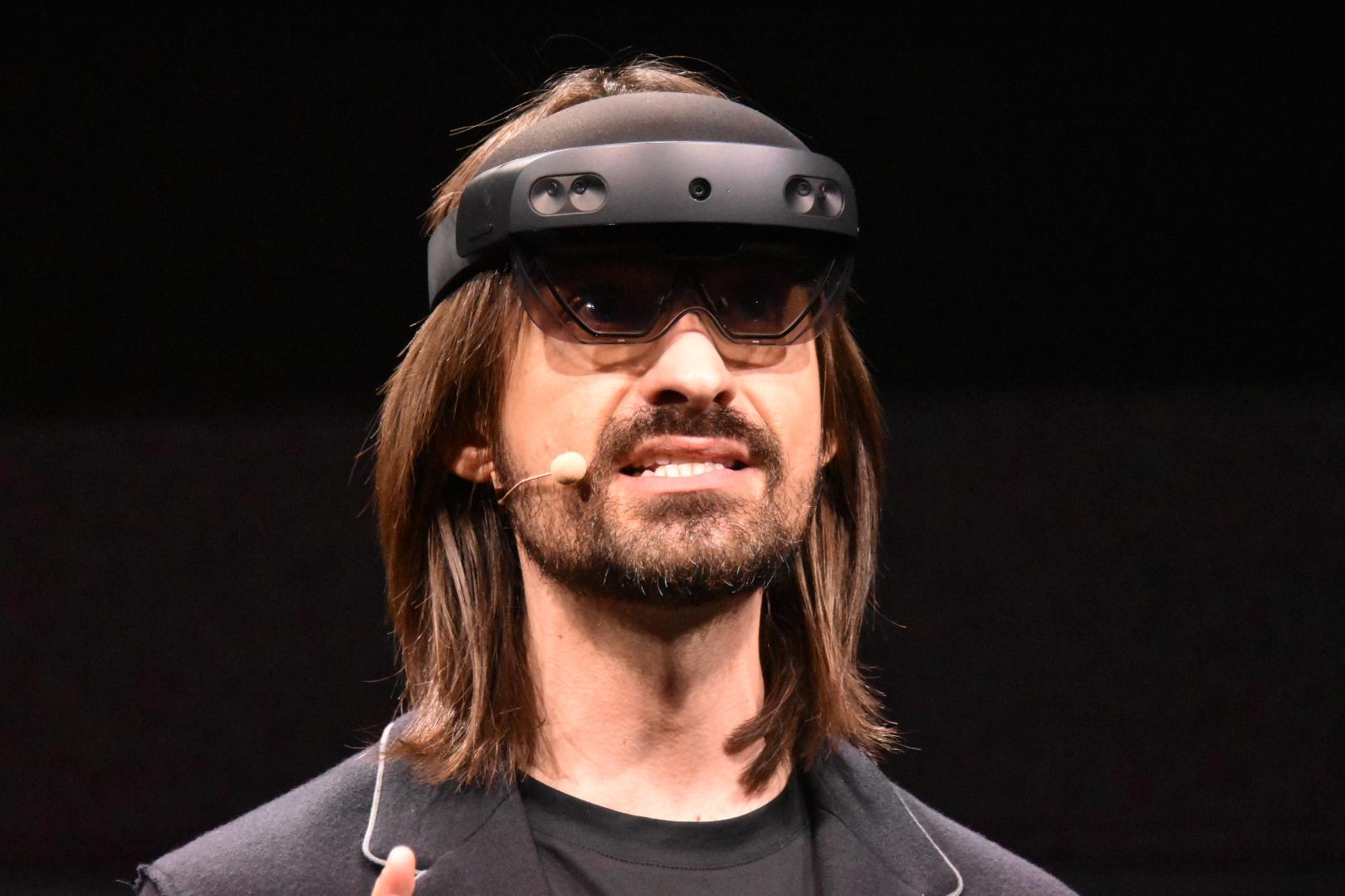 HoloLens 2を装着して熱弁するKipman氏