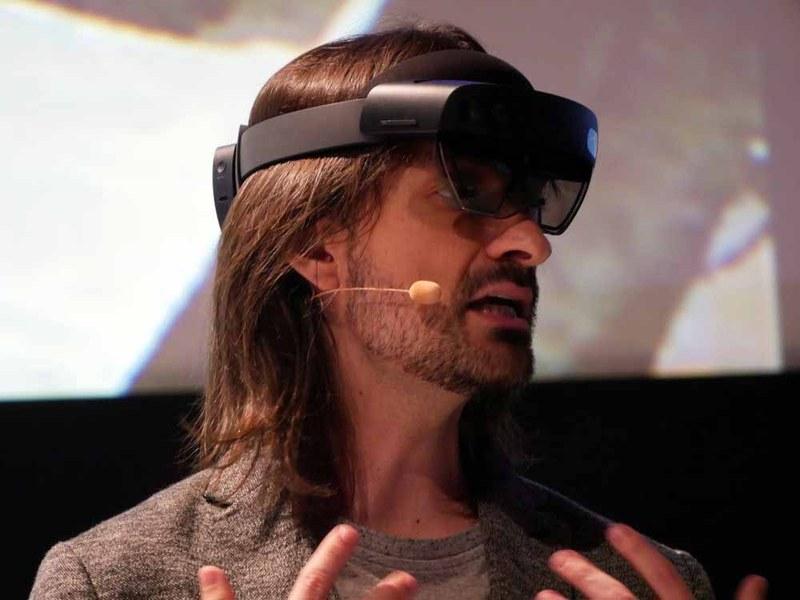 HoloLens 2を装着するキップマン氏