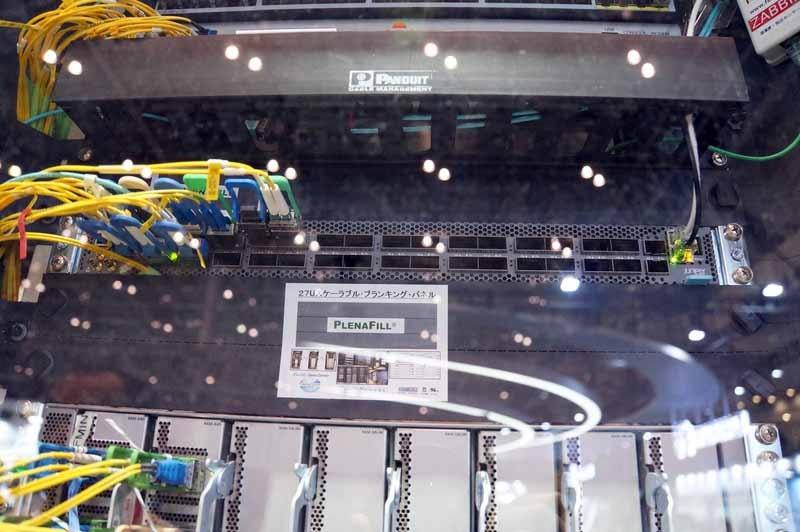 ShowNetのラック17に収められた「QFX5220」(中央付近の、前面にコネクタが並んだ機体)