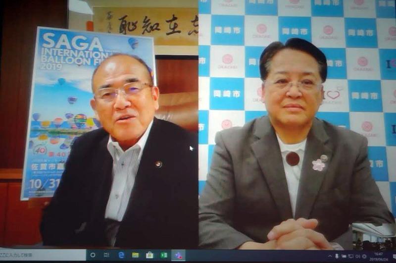 Microsoft Teamsで会見に参加した佐賀県佐賀市の秀島敏行市長(左)と、愛知県岡崎市の内田康宏市長(右)
