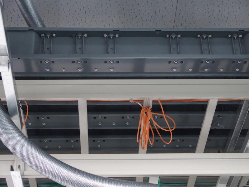 写真4:上部にバスダクトが敷設されている。プラグを挿すだけでラックへ給電される