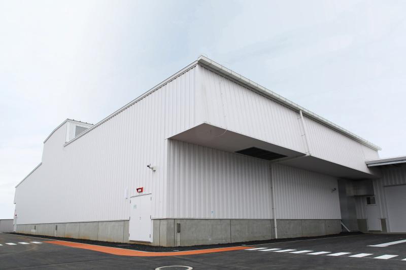 写真5:サーバ棟外観。左にある、屋根の上の凸状部分の側面が排気口。右側の軒状部分の下面が外気取り入れ口