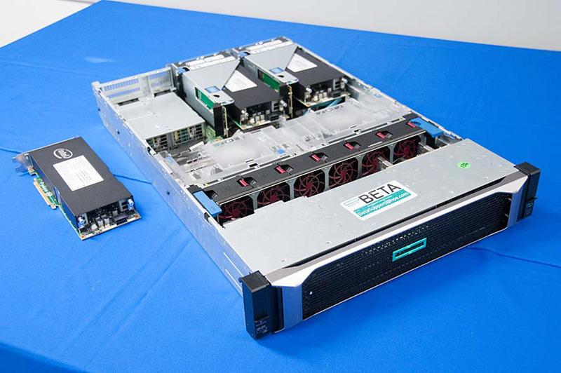 会場に展示されていたHPE ProLiant DL 380 Gen10サーバーと「インテルStratix 10 SX FPGAアクセラレータ」(HPEの製品名)。3基が搭載され、価格は221万円とのこと。なお、サポートされるサーバーの機種は今後拡大される予定という