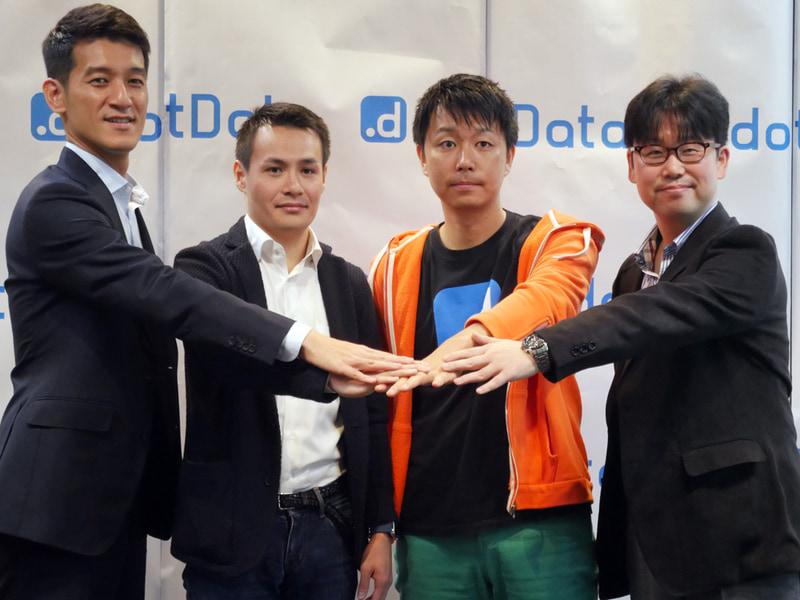 記者会見では、記念撮影も行われた。左から、ゴールドマン・サックス証券の鎌田氏、ジャフコの北澤氏、dotDataの藤巻氏、NECの北瀬氏