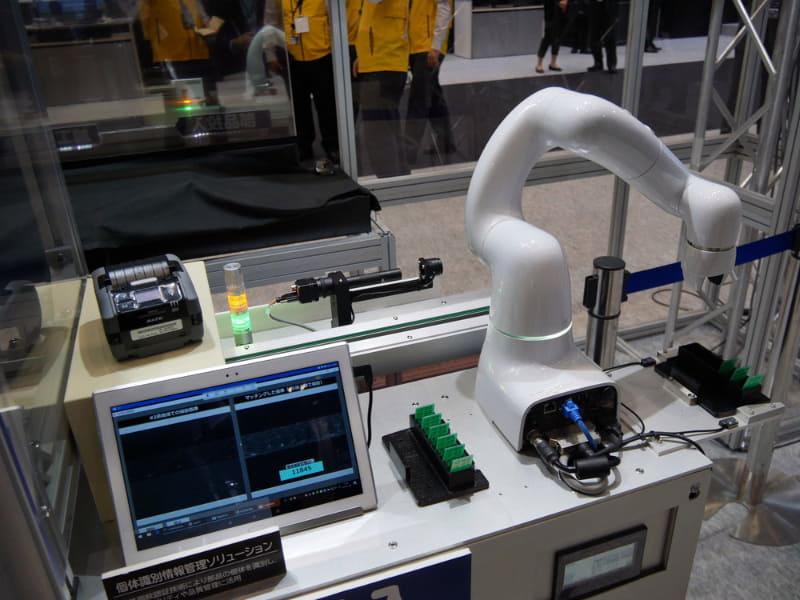 部品投入時には奥にある物体認証装置で個別の部品を判別する