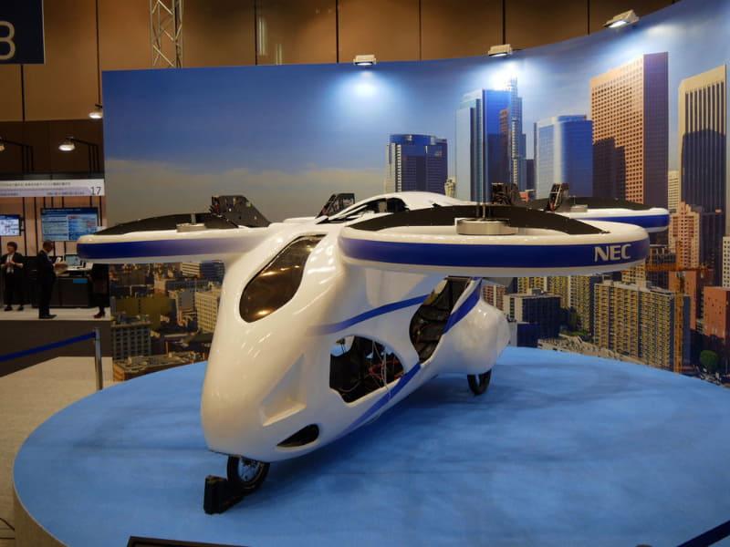 空飛ぶクルマのプロトタイプを展示