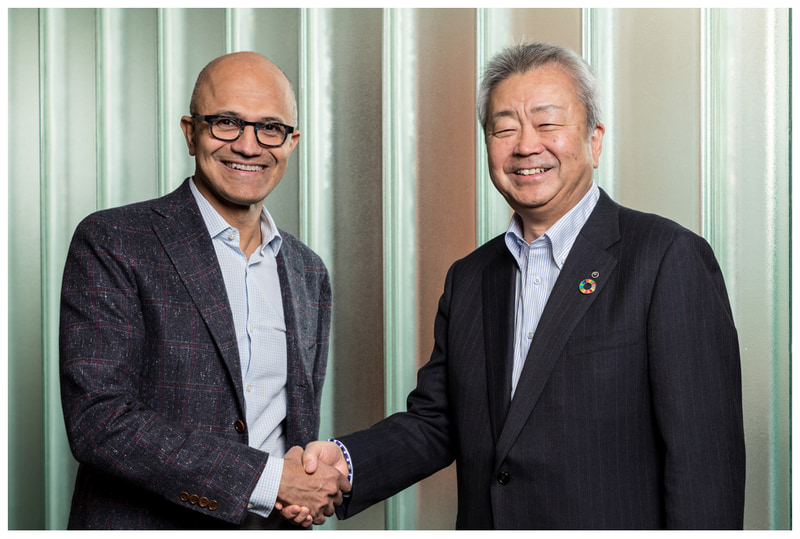 Microsoftのサティア・ナデラCEO(左)と、NTTの澤田純社長(右)