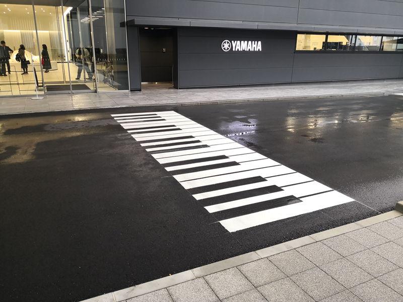 21号館前(構内)にはピアノの鍵盤を模した横断歩道が。ヤマハらしい遊び心だ