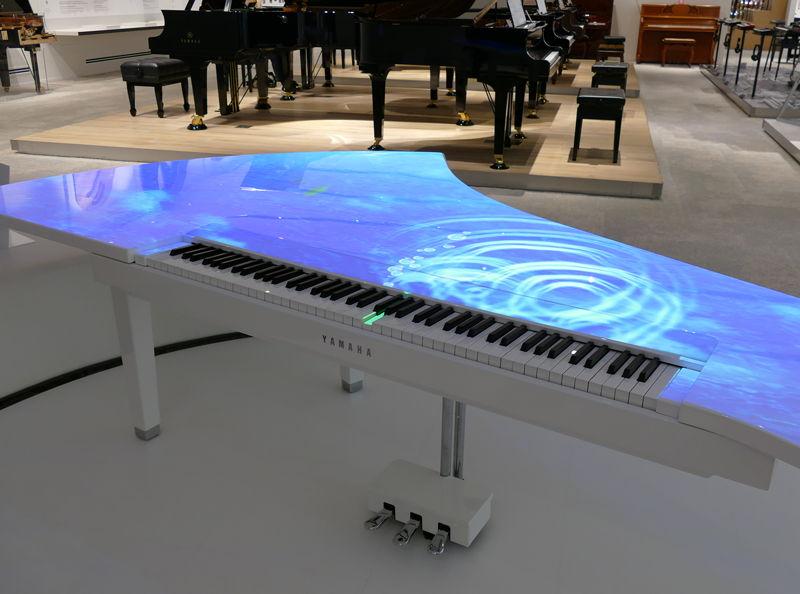 入ってすぐの「コンセプトステージ」に展示されていたピアノ。自動演奏で音楽が再生されるデモや、鍵盤をたたいた位置にあわせてカラフルな映像を映し出すデモなどが行われていた