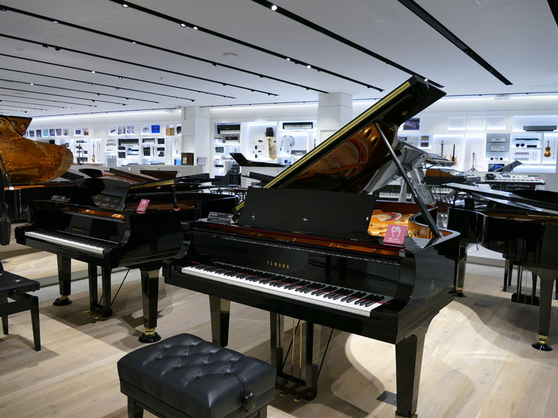 「楽器展示エリア」には、ピアノをはじめとした、ヤマハがこれまでに手がけてきたさまざまな楽器が並ぶ。このピアノは演奏可能で、多くの見学者が弾いていた