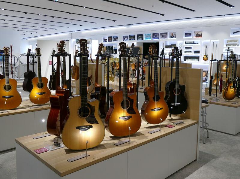 50年以上前のアコースティックギターから最新のモデルまで、さまざまなギター、ベースが並ぶ