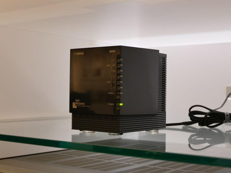 1998年発売のISDNリモートルータ「NetVolante RTA50i」