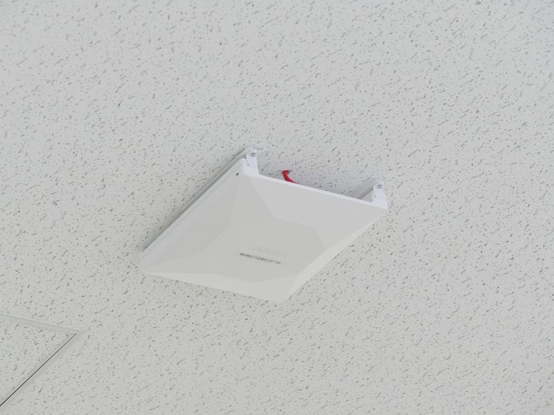 ふと天井を見上げれば、そこにはヤマハの無線LANアクセスポイントが。機種はおそらくフラッグシップの「WLX402」だ