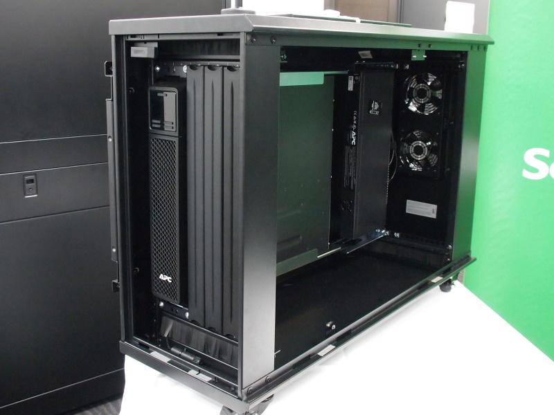 エッジ環境向けラック「NetShelter WX 6U Low-Profile Wall Mount Enclosure」
