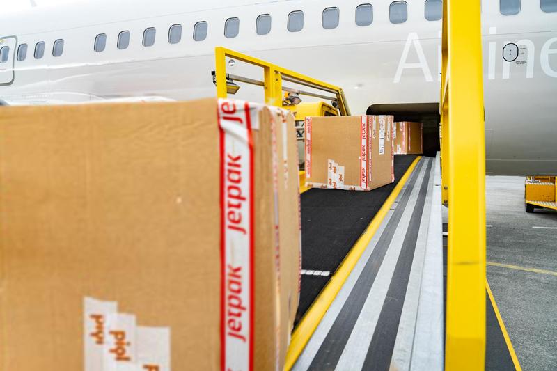 リールを飛行機でスヴァールバルへ輸送(写真提供:GitHub)