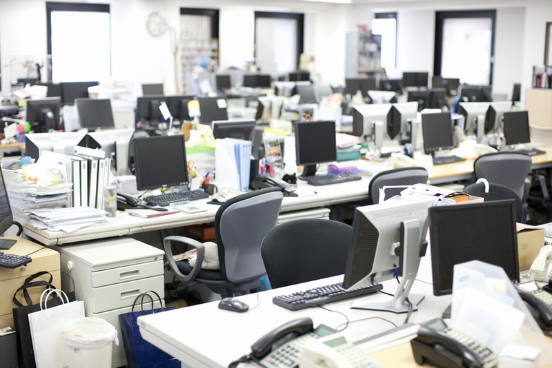 """一般的な日本のオフィスでは隣席との距離は1m~2mくらいとなっている。ここにフルに出勤していては、""""密""""は回避できない"""