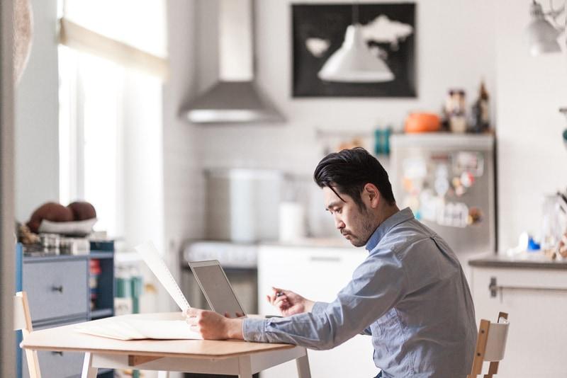 ICT技術の進化により、オフィスで同僚と顔を合わせることなく、インターネット経由での仕事が可能になった