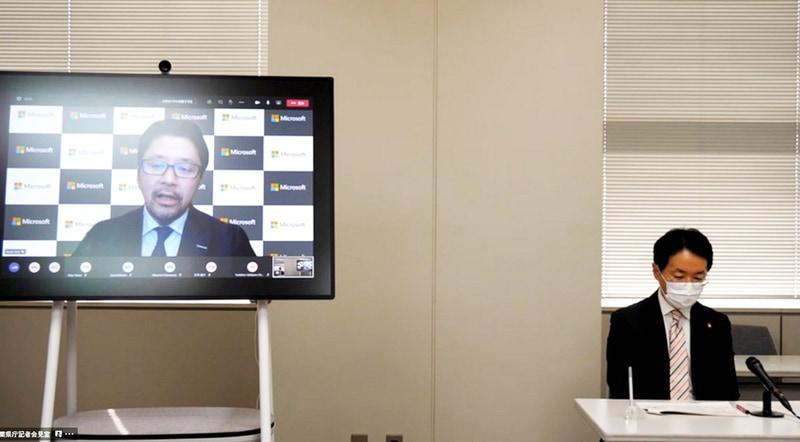 会見にオンラインで参加した日本マイクロソフト 執行役員常務 佐藤亮太氏(左)と、千葉県教育委員会 教育長 澤川和宏氏(右)