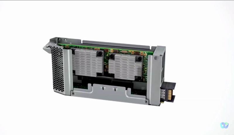 PCIeスロットのカートリッジ。PCIe Gen5採用。ホットインサーション対応
