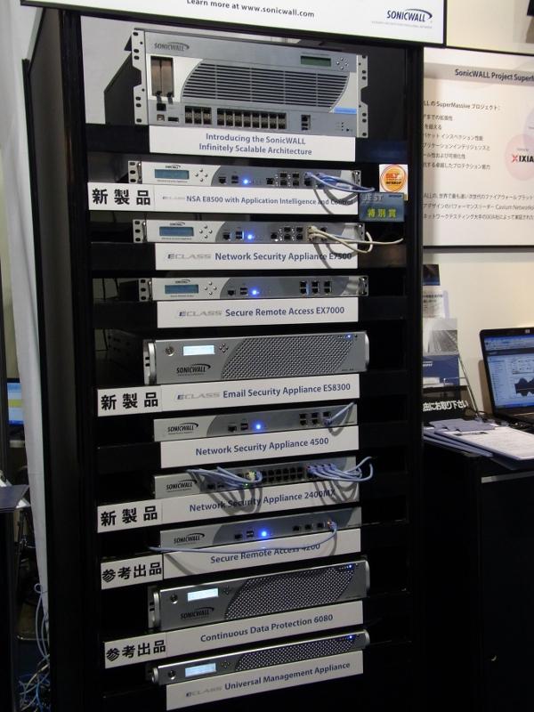 SonicWALL社新製品のNSA E8500やNSA 2400MXなどが並ぶラック
