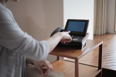 客室での端末利用イメージ。タッチパネルで目覚まし設定や館内案内などが利用できる