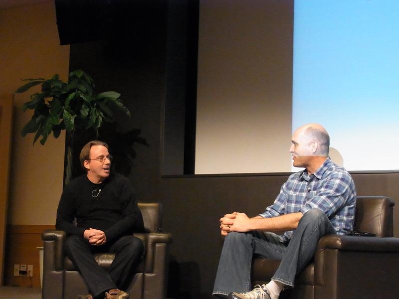 Linus Torvalds氏(左)とGreg K-H氏(右)
