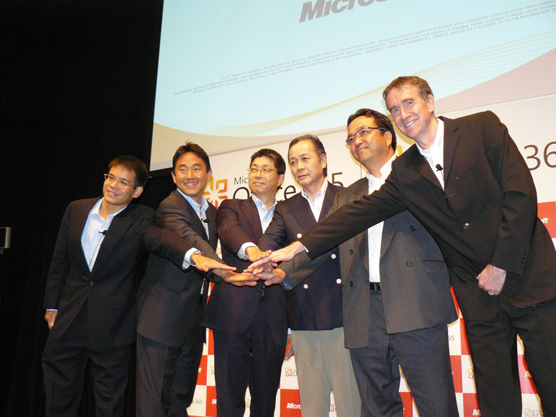 登壇したパートナーとの記念撮影。左から、日本マイクロソフトのロアン・カン業務執行役員、米Microsoftの沼本健コーポレートバイスプレジデント、NTT Comの田中基夫理事、大塚商会の片倉一幸専務、リコージャパンの窪田大介専務執行役員、日本マイクロソフトのバートランド・ローネー執行役常務