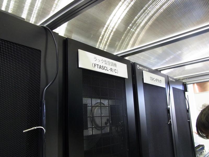 モジュラー型データセンターの中に置かれたラック型空調機